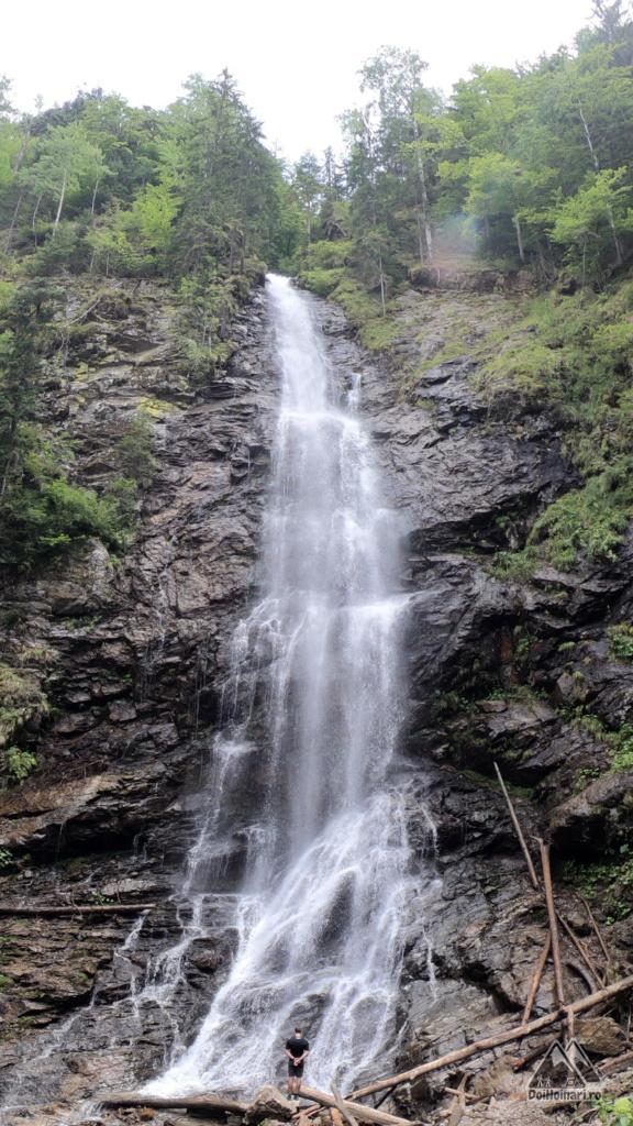 La baza cascadei Scorușu, pari o furnică