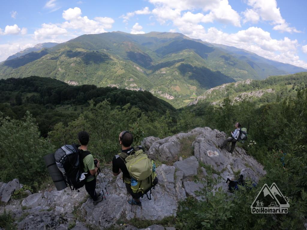 Privind spre munții Cernei, înainte de Cheile Tâmnei