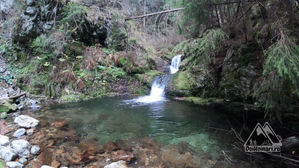 Primele cascade de pe valea Lazărului