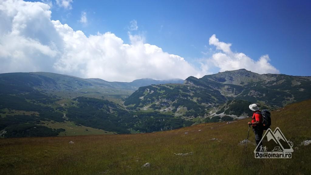 Vârful Găuri (2243m, dreapta) și Coasta lui Rus și Piatra Tăiată în nori