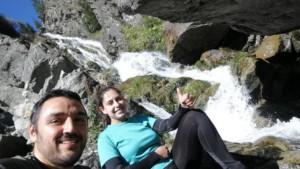Doi hoinari la Cascada Moara Dracilor
